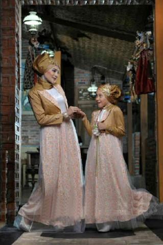 baju gaun muslim terbaru  017 gold bunda 600rb include pasmina,anak 2-6 300rb, 8-12 350rb