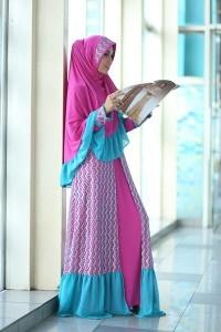 Koleksi Busana Muslim Terbaru Khizama Syar'i by Farghani Magenta